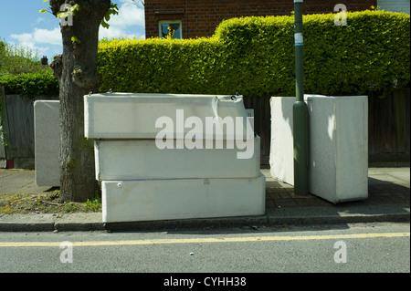 Volare il ribaltamento di vecchi letti in Street, strada a Brent Cross Golders Green, Londra Foto Stock