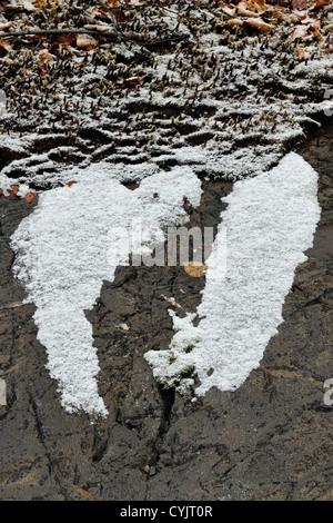 Snow-spolverata runoff modelli su un affioramento di roccia, maggiore Sudbury, Ontario, Canada Foto Stock