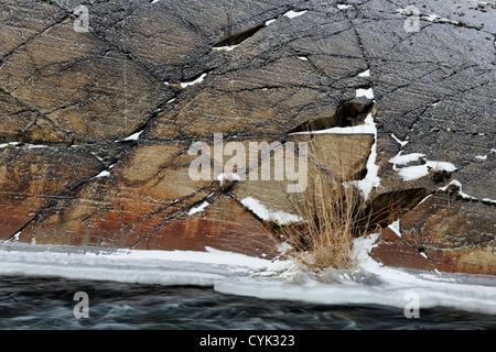 Junction Creek sperone di roccia con una spolverata di neve e un accumulo di ghiaccio, maggiore Sudbury, Ontario, Foto Stock