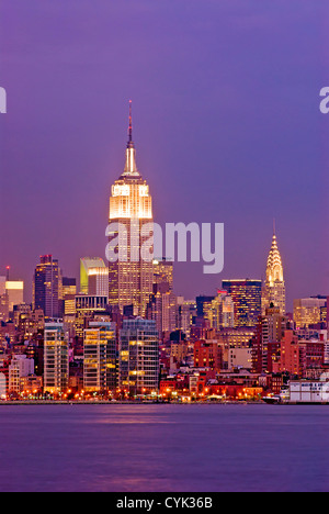 Manhattan con l'Empire State Building e il Chrysler Building come viste attraverso il fiume Hudson, New York City. Foto Stock
