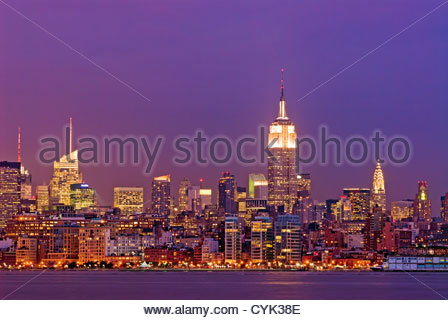 Skyline di Manhattan con la Banca d'America Edificio, Empire State Building e il Chrysler Building di New York City. Foto Stock