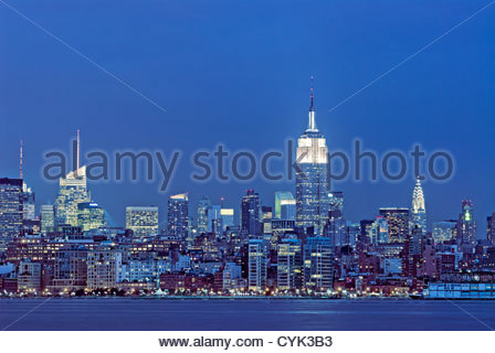 Skyline di Manhattan con la Banca d'America edificio, l'Empire State Building e il Chrysler Building di New York Foto Stock