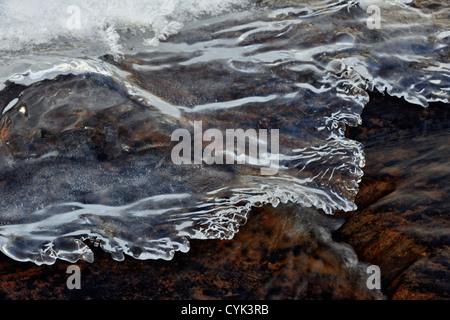 Inverno con flusso di acqua aperta e formazioni di ghiaccio, maggiore Sudbury, Ontario, Canada Foto Stock