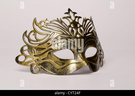 Maschera di carnevale isolato su un bianco