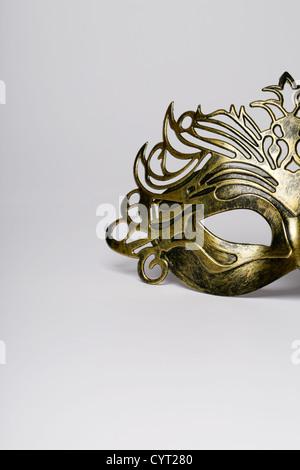 Maschera di carnevale dettaglio isolato su un bianco