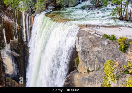 La cascata e turisti nel Parco Nazionale di Yosemite Foto Stock