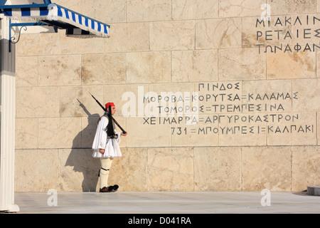 Evzone di guardia di fronte all'edificio del parlamento a Atene, Grecia Foto Stock