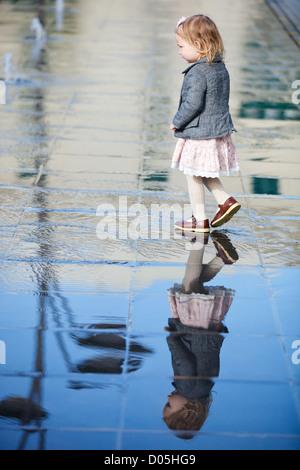 Bambina giocando in Street Fountain Foto Stock