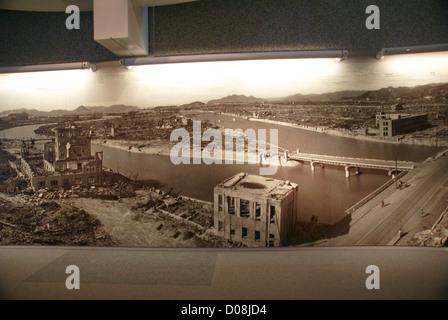 Giappone, Hiroshima, il display nella Pace di Hiroshima museo che mostra il diritto della città dopo la bomba atomica esplosione. Foto Stock