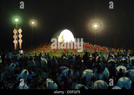Chiang Mai, Thailandia. Il 24 novembre 2012. Yee Peng Sansai LANTERNA OSCILLANTE cerimonia, parte del Loy Kratong Foto Stock