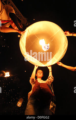 Chiang Mai, Thailandia. Il 24 novembre 2012. Khom Loy lanterne a Yee Peng Sansai LANTERNA OSCILLANTE cerimonia, Foto Stock