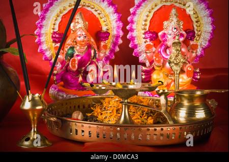 Diwali thali davanti agli idoli del Signore Ganesha e la dea Lakshmi Foto Stock