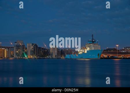 Panorama notturno della città portuale di Stavanger, Norvegia. Foto Stock