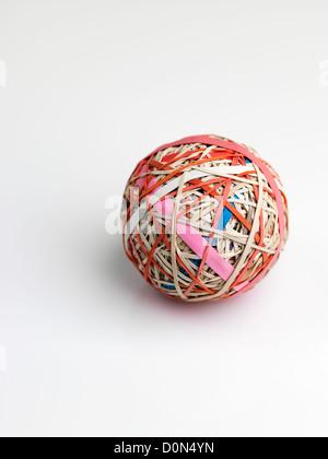 La banda di gomma a sfera sfera, costituito da bande di gomma avvolto su ciascun altro Foto Stock