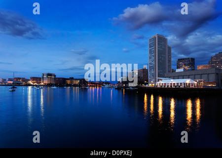 Luci nel buio acqua del porto di Boston prima che il sole sorge su una mattina d'estate Foto Stock