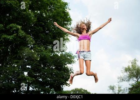 Ragazza sul trampolino Foto Stock