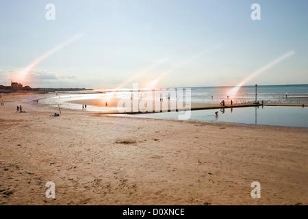 Scena di spiaggia con i raggi di luce, Margate, Kent, Regno Unito Foto Stock