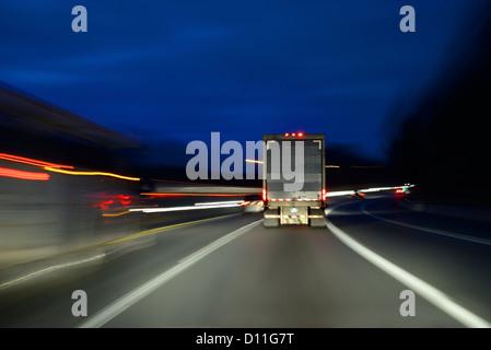 Autocarro autocarro accelerando sulla autostrada di notte, STATI UNITI D'AMERICA Foto Stock