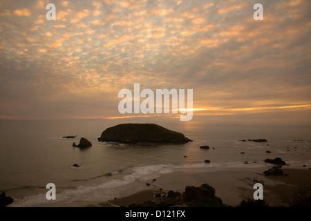 O00273-00...OREGON - Tramonto sulla costa del Pacifico su Harris Beach State Park a Brookings. Foto Stock