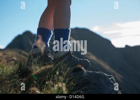 Donna escursionismo sulla collina rurale