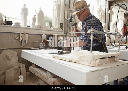 Lavoratore del cesello lastra di pietra