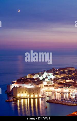 Vista del tramonto del vecchio porto e il centro storico della città di Dubrovnik sulla costa adriatica della Croazia. Foto Stock