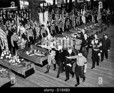 Tedeschi onorare le vittime del disastro Hindenburg. I funerali si sono tenuti presso il molo del Nord tedesco Lloyd Foto Stock