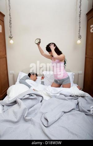 Matura in letto, donna tenendo sveglia Foto Stock