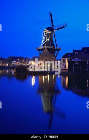 Mulino a vento e del fiume Spaarne al crepuscolo, Haarlem, Paesi Bassi Foto Stock