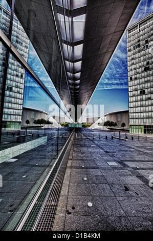 Architettura moderna, riflessi nelle finestre del Centro Congressi, Place de l'Europe, Kirchberg, Lussemburgo, Europa Foto Stock