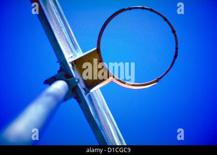 Una palla da basket obiettivo con no net shot dal di sotto in una New York City parco giochi. ©MAK Foto Stock