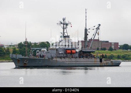 La US Navy salvage nave USNS aggrappatore entra nel porto di Halifax, Nova Scotia. Foto Stock