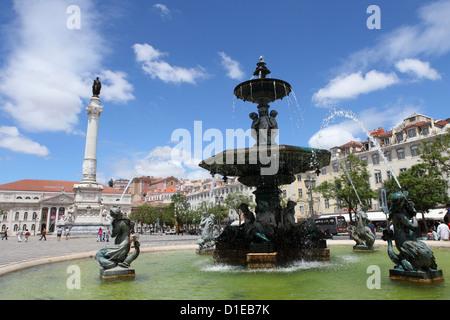 Il Rossio fontana sulla Praça Dom Pedro IV pubblica piazza nel centrale quartiere di Baixa, Lisbona, Portogallo, Foto Stock