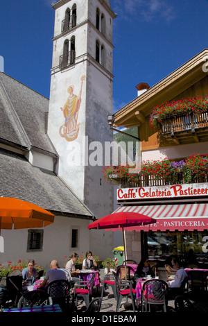 La chiesa e il cafe, Alleghe, Provincia di Belluno, Veneto, Dolomiti, Italia, Europa Foto Stock