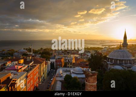 Sole che tramonta dietro la Sokollu Mehmet Pascià minareto con Piccola Hagia Sophia e la moschea di Mar di Marmara Foto Stock