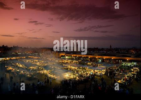 Il cibo si spegne al tramonto nella piazza principale, Piazza Jemaa el Fna a Marrakech, Marocco, Africa Settentrionale, Foto Stock