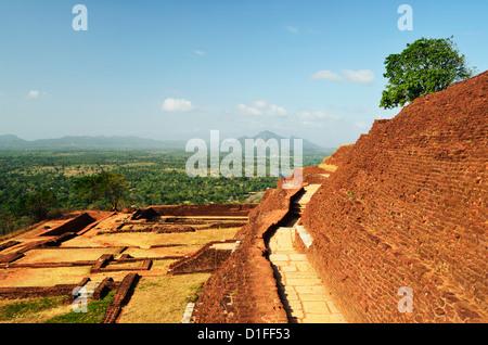 Vista dalla cima di Sigiriya (Lion Rock), il Sito Patrimonio Mondiale dell'UNESCO, Sri Lanka, Asia Foto Stock