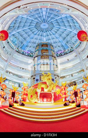 Interno di un moderno complesso di shopping ai piedi delle Torri Petronas, Kuala Lumpur, Malesia, Asia sud-orientale, Foto Stock
