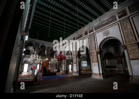 Moschea interno con santo palco e lanterne di vetro, nel Hugli Imambara, sulla banca del fiume Hugli, West Bengal, Foto Stock