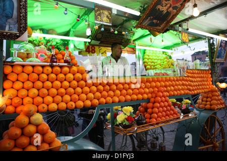 Succo di arancia venditore, Djemaa el Fna a Marrakech, Marocco, Africa Settentrionale, Africa Foto Stock