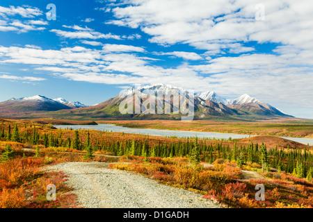 Il fiume Susitna e Talkeetna montagne a sud dell'autostrada Denali nel tardo autunno in Alaska centromeridionale. Foto Stock