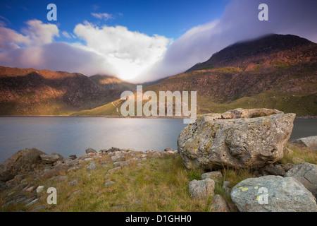 Vista su Llyn Llydaw guardando il cloud picco coperto di Snowdon, Parco Nazionale di Snowdonia, Wales, Regno Unito, Foto Stock