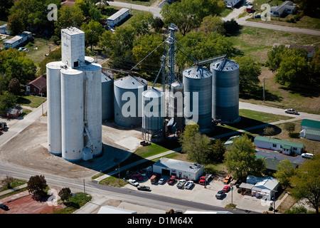 Fotografia aerea grano deposito bidoni Redfield Coop, Redfield, Iowa Foto Stock