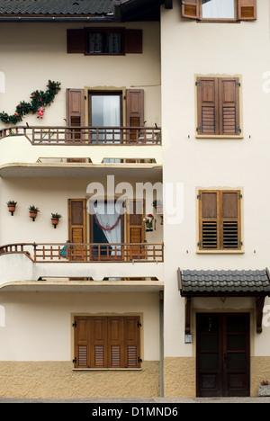 Una facciata della casa nel nord Italia, completa con le decorazioni di Natale