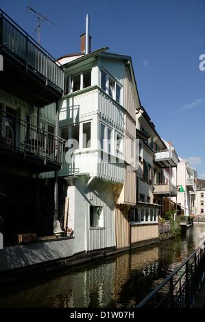 Freiburg, Germania, edifici residenziali lungo il canale in Fischerau Foto Stock