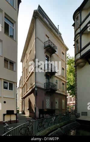 Freiburg, Germania, ad angolo acuto di edifici residenziali in Fischerau Foto Stock