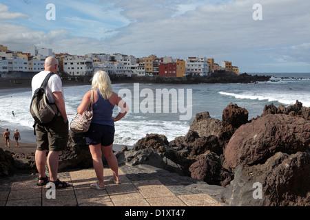Mare di sognare. Giovane guardare attraverso Bay, a Puerto de la Cruz, Tenerife, Isole Canarie. Foto Stock