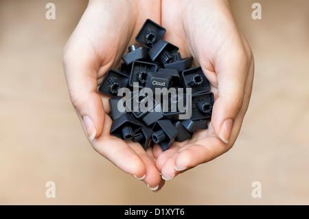 I tasti della tastiera nella donna con le mani un 'Cloud' il tasto al centro di servizi di cloud computing offrono Foto Stock
