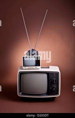 Un insieme di stile retrò anni settanta e set di TV con bunny antenna Auricolare Foto Stock