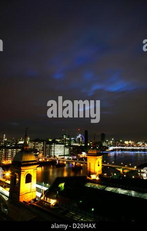 Vista dello Skyline del Tamigi al di là di Cannon Street Stazione Ferroviaria, la città di Londra, Regno Unito Foto Stock